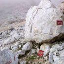 Smerokazi poti kjer se usmeriva levo proti Jalovcu čez steno Goličice