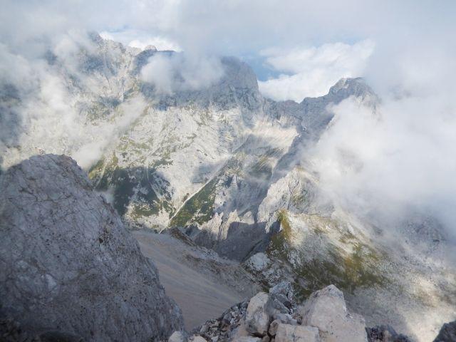 Razgled z vrha Jalovca na Kotovo sedlo (spodaj v sredini)