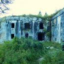 Pot pelje mimo trdnjave Fort Hermann
