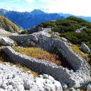 Ob poti je ogromno ostankov nekdanjih vojaških obzidij