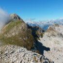 Razgled z vrha Batognice na Krn (levo) in Kaninsko pogorje (desno v ozadju)
