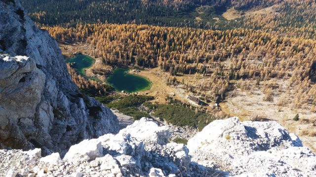 Razgled z vrha Male Tičarice na Dvojno jezero in Kočo pri Triglavskih jezerih
