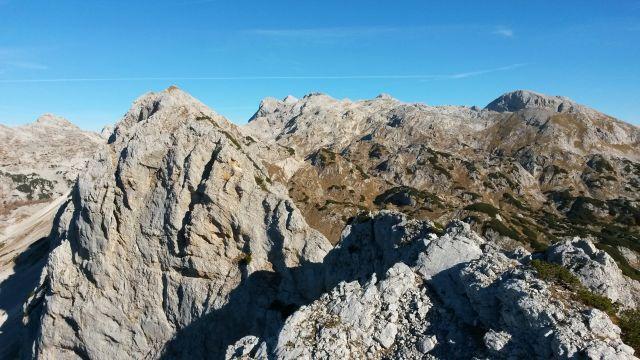 Razgled z vrha Male Tičarice na Veliko Tičarico, Kanjavec, Triglav in Debeli vrh
