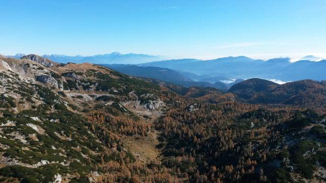 Razgled z vrha Velike Tičarice v daljavo na Karavanke in Kamniško-Savinjske Alpe
