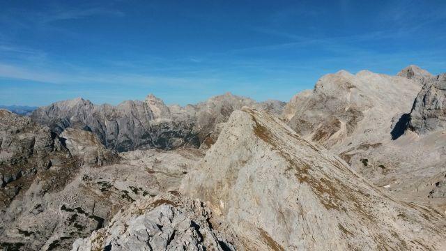 Razgled z vrha Male Zelnarice v ozadju na Prisojnik, Razor, Kanjavec in Triglav