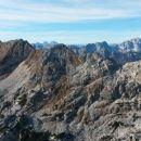 Razgled z vrha Velike Zelnarice na Špičje (v ospredju) ter Jalovec (desno v ozadju)