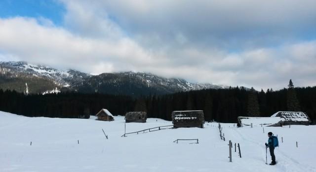 Pot čez Planino Zajavornik z razgledom na Mrežce (levo) in Debelo peč (desno) v oblakih