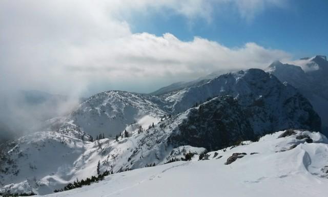 Razgled z vrha Debele peči na Okroglež, Brda in Mali Draški vrh (od leve proti desni)