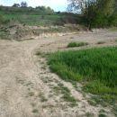 Na čistini po makedamski cesti desno.