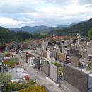 Pogled na Ljubno ob prehodu pokopališča do markirane poti.
