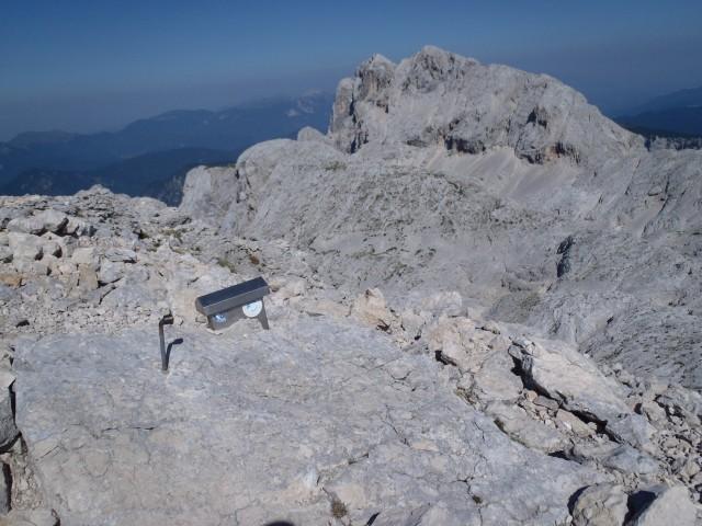 Pogled na Rjavino z Begunjskega vrha.