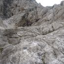 Slap, ki pronica med skalovje.