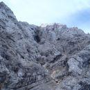 Okrog te luknje sva zagledala nekaj opazovalcev planincev.