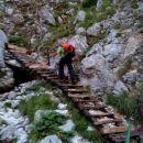 Nad slapom posodobljene stopnice.