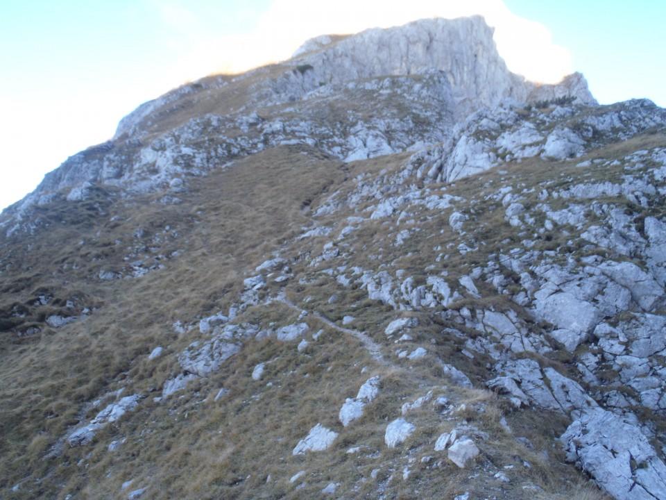 Stezica, večkrat zelo slabo vidna na 2225m visok Vernar.