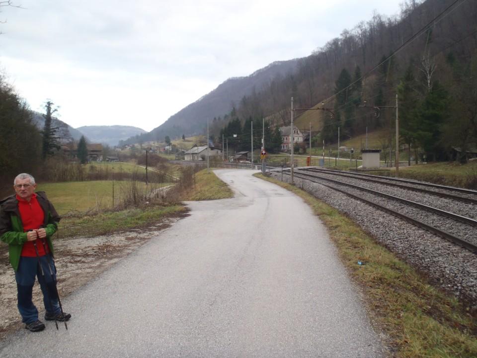 Nekaj časa po cesti proti vasi Obrežje pri Zidanem Mostu.