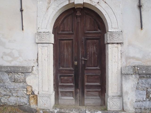 Zelo dotrajana vrata na cerkvi.