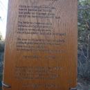 Po gozdu obešene ploščice s pesmimi.