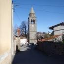 V središču Prešnice zvonik in spomenik.