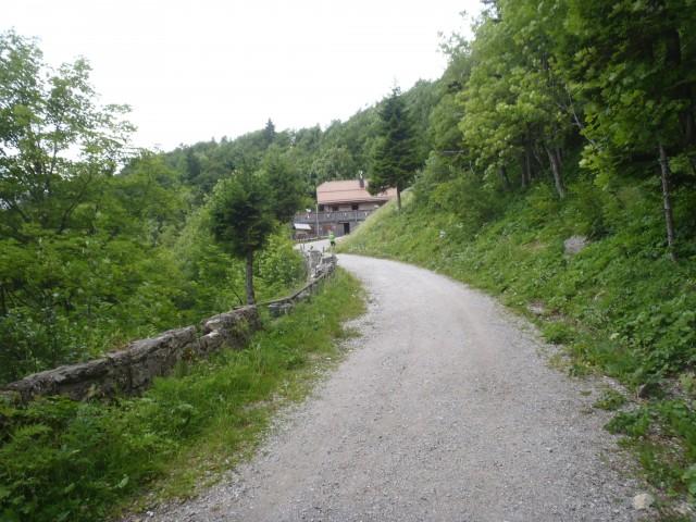 Cesta proti staremu mejnemu prehodu Ljubelj.