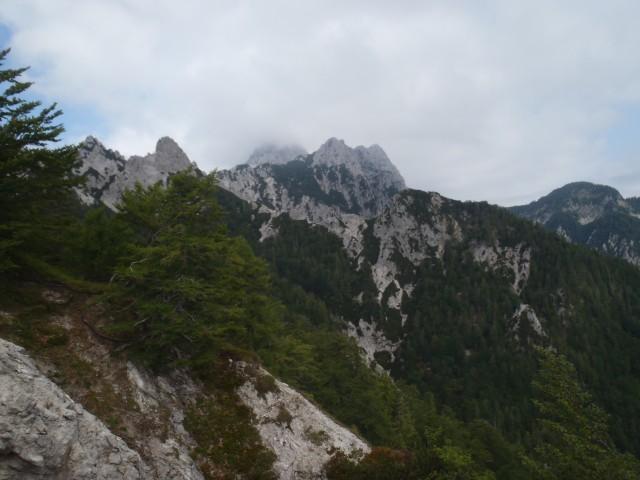 Sredina fotografije, Vrtača v megli, desno Palec, še bolj desno poleg Zelenjak