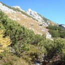 Poševno po strmem pobočju v smeri vrha.