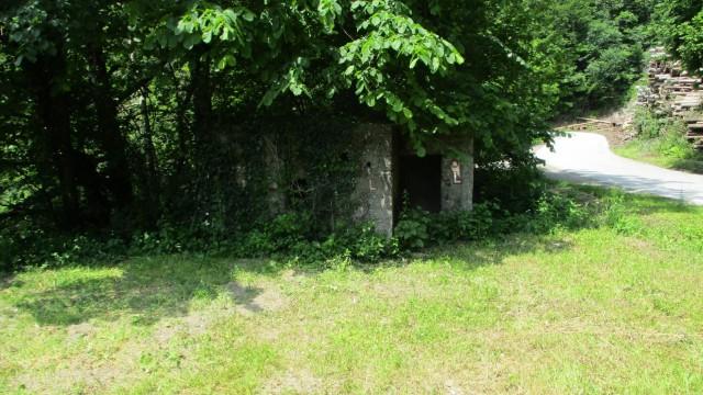Bunker ob mostu čez reko Soro.