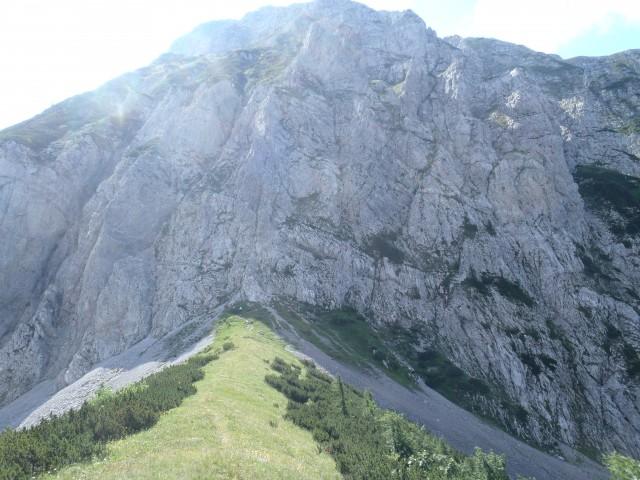 S Hanjževega sedla pogled na zavarovano pot na Veliki vrh.