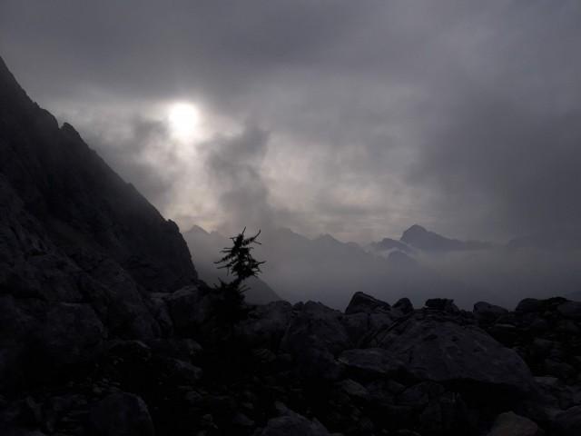 Še temno, megleno in oblačno.