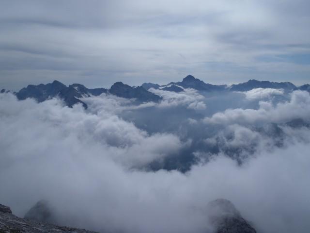 Vrhovi s Triglavom na čelu kukajo iznad megle.