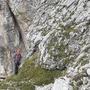 Nekaj korakov plezanja, pa se že začne strmi nevaren travnati del.