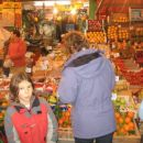 Tržnica je bila tista prava. Trgovci so kričali sko zi oske ulice pa so se rinili mopedi.